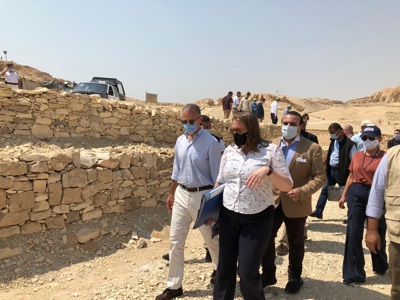 السفير الأمريكى بالقاهرة ونائب محافظ الأقصر يتفقدان مقابر ذراع أبو النجا  (2)