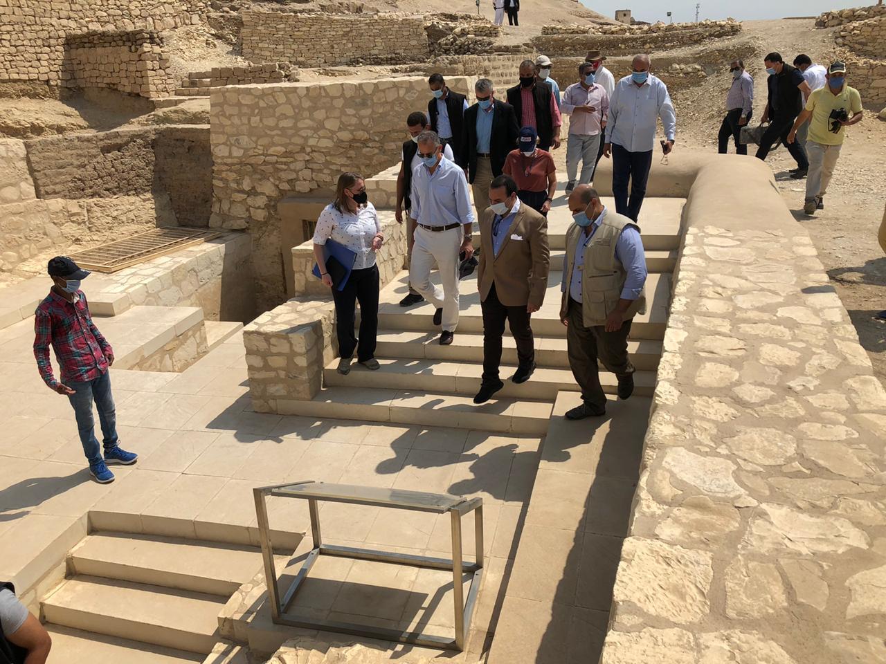 السفير الأمريكى بالقاهرة ونائب محافظ الأقصر يتفقدان مقابر ذراع أبو النجا  (6)