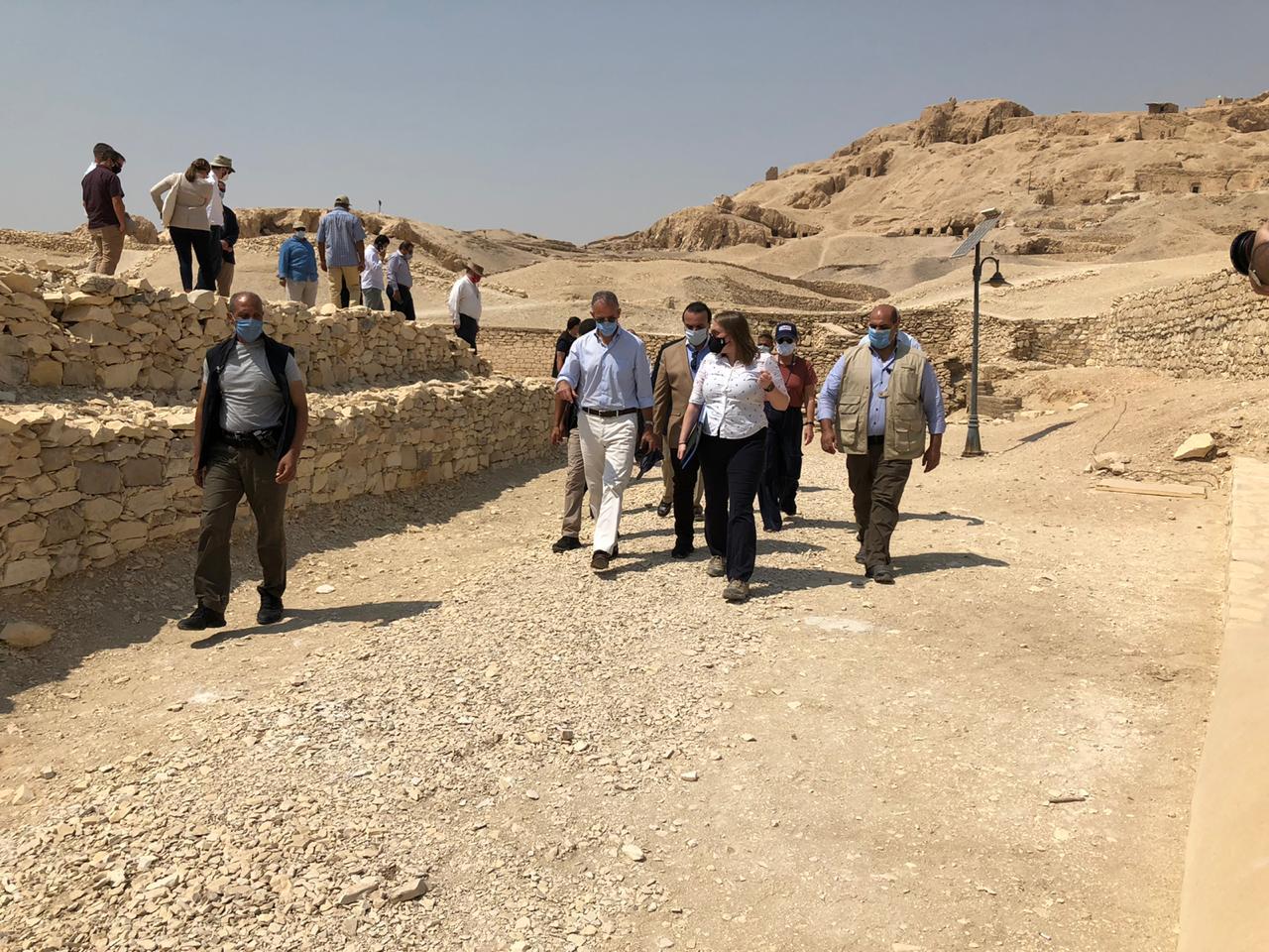 السفير الأمريكى بالقاهرة ونائب محافظ الأقصر يتفقدان مقابر ذراع أبو النجا  (4)