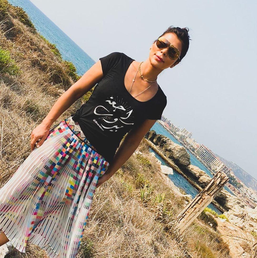 أصالة ترتدى تيشرت راجعة بيروت خلال زيارتها إلى لبنان  (2)