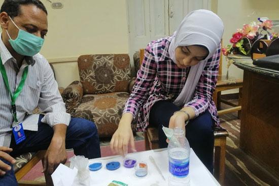 طالبة بمدرسة الصم وضعاف السمع بسوهاج تبتكر ألوانا سحرية (2)