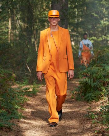 بدلة باللون البرتقالى