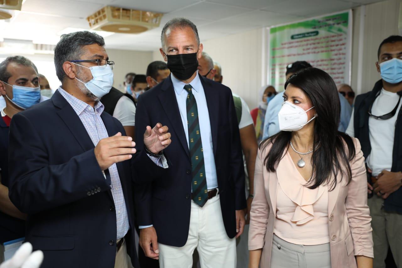 جانب من جولة وزيرة التعاون وسفير واشنطن بالقاهرة (5)