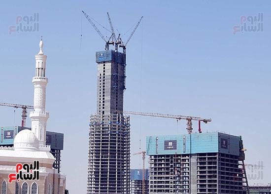 رئيس الوزراء يشهدصب حوائط الدور45 L منالبرج الأيقوني بالعاصمة الإدارية الجديدة (2)