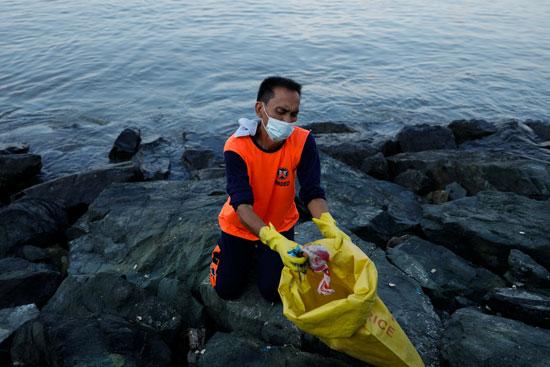 متطوع يشارك في عملية تجميع المخلفات والقمامة