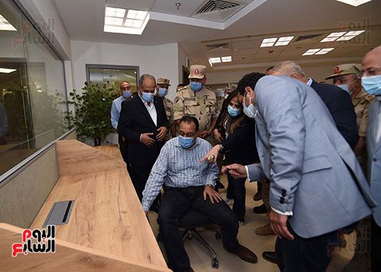 رئيس الوزراء يجلس علي مكاتب الموظفين في العاصمة الإدارية