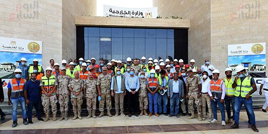 صورة تذكارية من امام مبني وزارة الخارجية