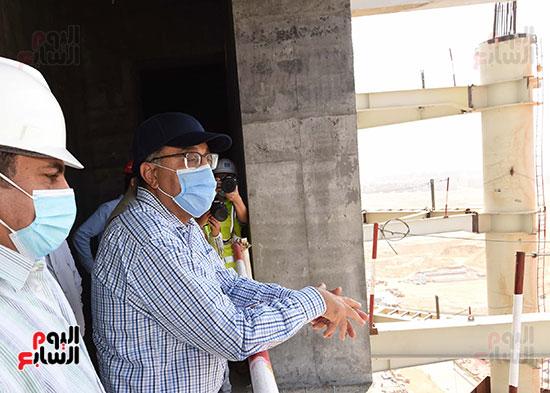 رئيس الوزراء يشهدصب حوائط الدور45 L منالبرج الأيقوني بالعاصمة الإدارية الجديدة (16)