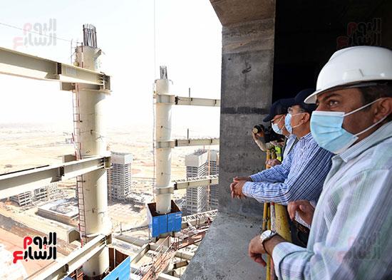 رئيس الوزراء يشهدصب حوائط الدور45 L منالبرج الأيقوني بالعاصمة الإدارية الجديدة (13)