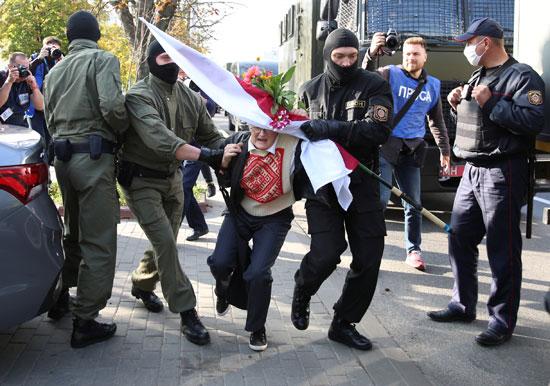 2020-09-19T144949Z_78701591_RC2Q1J97IG2I_RTRMADP_3_BELARUS-ELECTION-PROTESTS