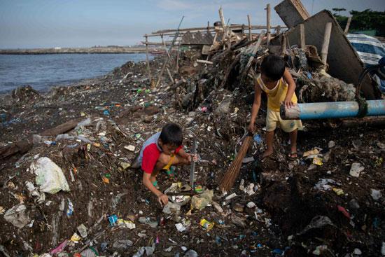طفلان يشاركان في اليوم الدولي لتنظيف السواحل