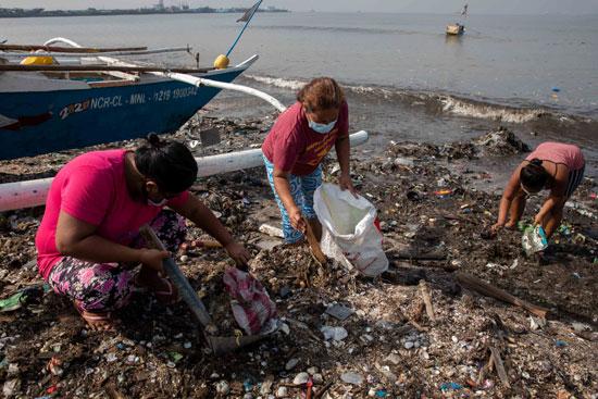 متطوعات يقمن بتنظيف الساحل