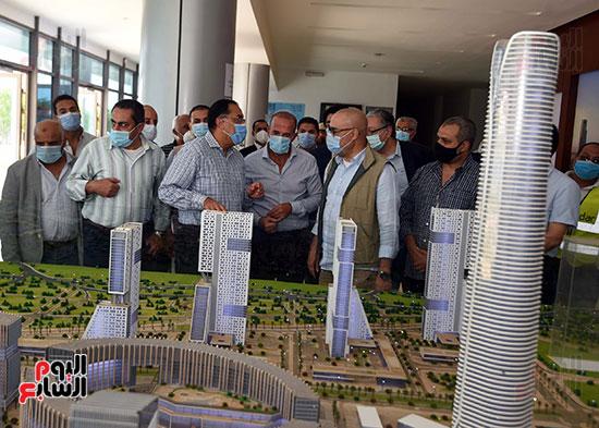 رئيس الوزراء يشهدصب حوائط الدور45 L منالبرج الأيقوني بالعاصمة الإدارية الجديدة (7)