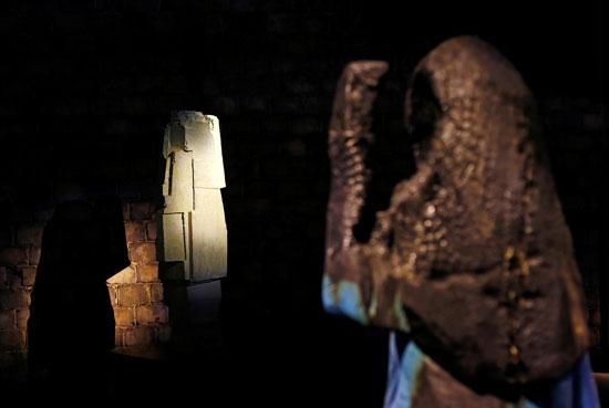 تمثال خشبى محروق للسيدة الأولى الأمريكية ميلانيا ترامب (2)