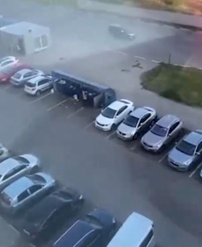 رجل يلقى فتاة فى حاوية قمامة