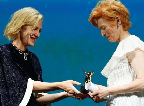 تيلدا سوينتون تتسلم الأسد الذهبي من كيت بلانشيت