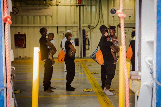 نقل المهاجرين إلى المخيمات