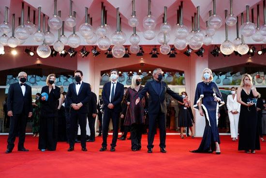صورة جماعية لأعضاء لجنة تحكيم المهرجان