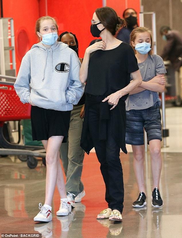 انجلينا مع ابناءها