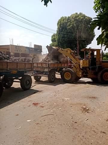 رفع 30 طن مخلفات نواتج تطهير الترع فى مدينة القرنة غرب الأقصر (4)