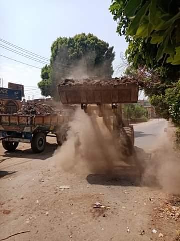 رفع 30 طن مخلفات نواتج تطهير الترع فى مدينة القرنة غرب الأقصر (3)