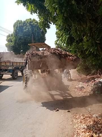 رفع 30 طن مخلفات نواتج تطهير الترع فى مدينة القرنة غرب الأقصر (5)