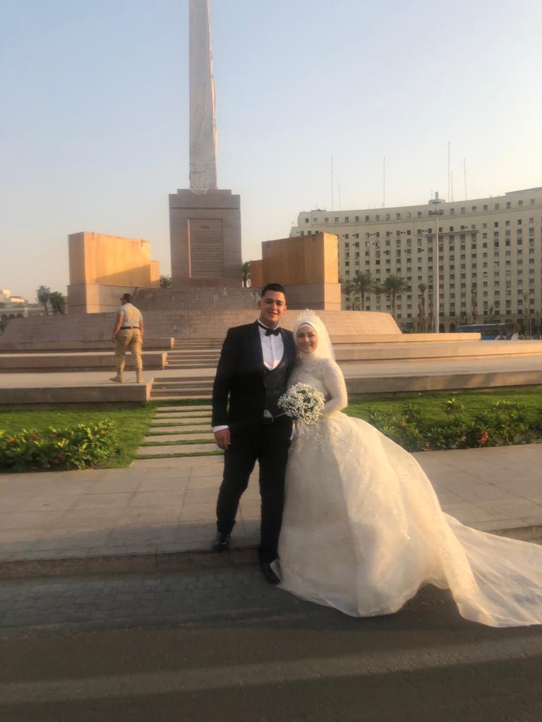 عروسان يحتفلان بزفافهما بميدان التحرير
