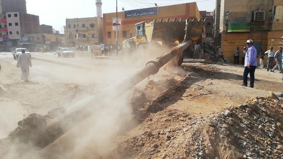 رئيس مدينة إسنا يناقش تسليم الشوارع ورفع المعوقات إستعداداً لرصف الطرق  (4)