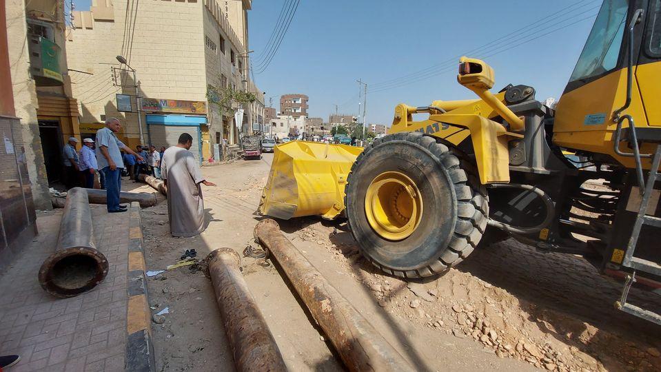 رئيس مدينة إسنا يناقش تسليم الشوارع ورفع المعوقات إستعداداً لرصف الطرق  (1)
