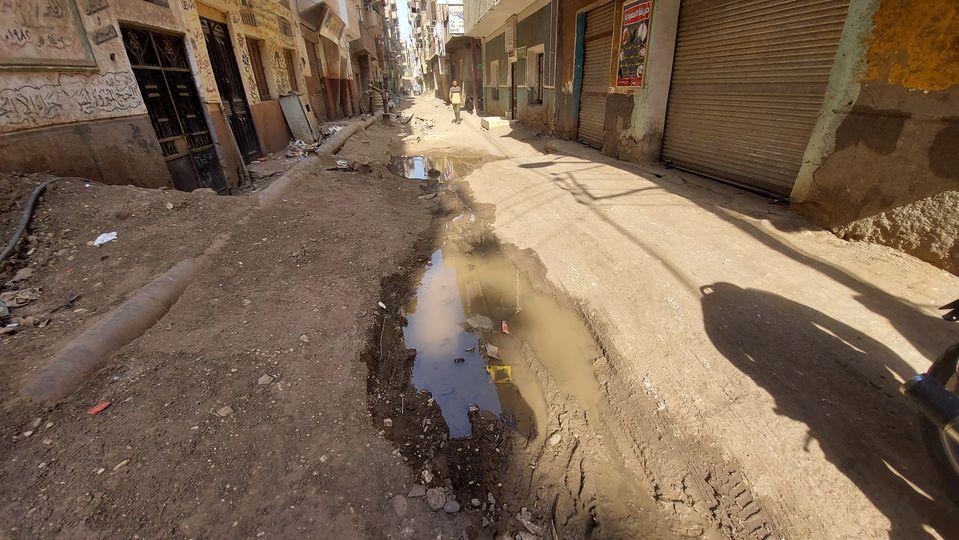 إصلاح كسر ماسورة مياة بوسط مدينة إسنا بعد شكوى المواطنين  (2)