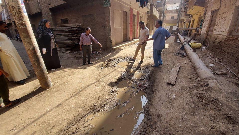 إصلاح كسر ماسورة مياة بوسط مدينة إسنا بعد شكوى المواطنين  (1)