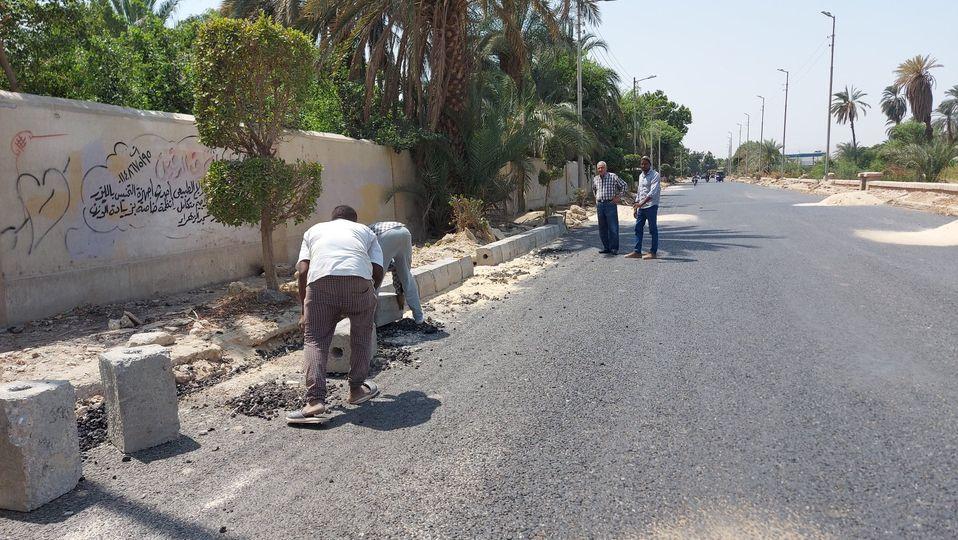 مدينة إسنا تواصل العمل بطريق مدخل إسنا الشرقي  (2)