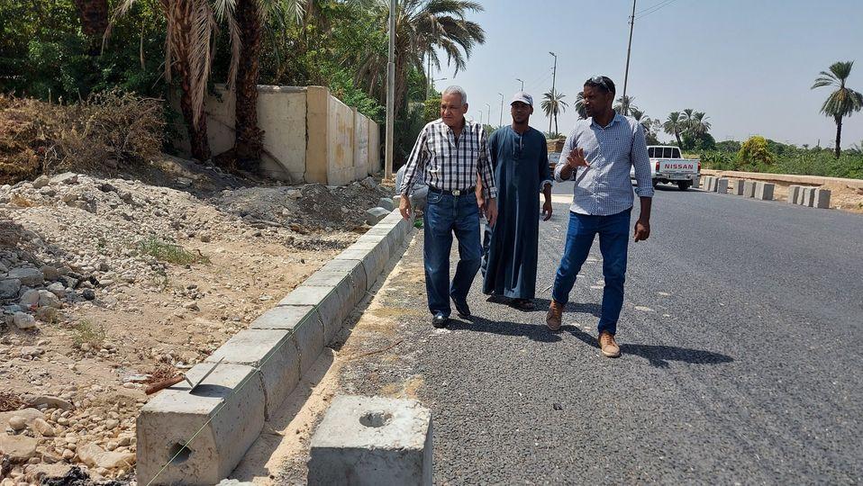 مدينة إسنا تواصل العمل بطريق مدخل إسنا الشرقي  (1)