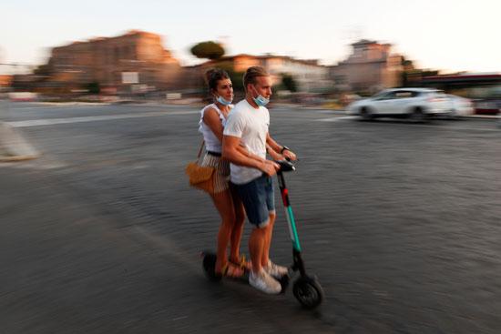 قيادة سكوتر كهربائى قرب  الكولوسيوم في روما