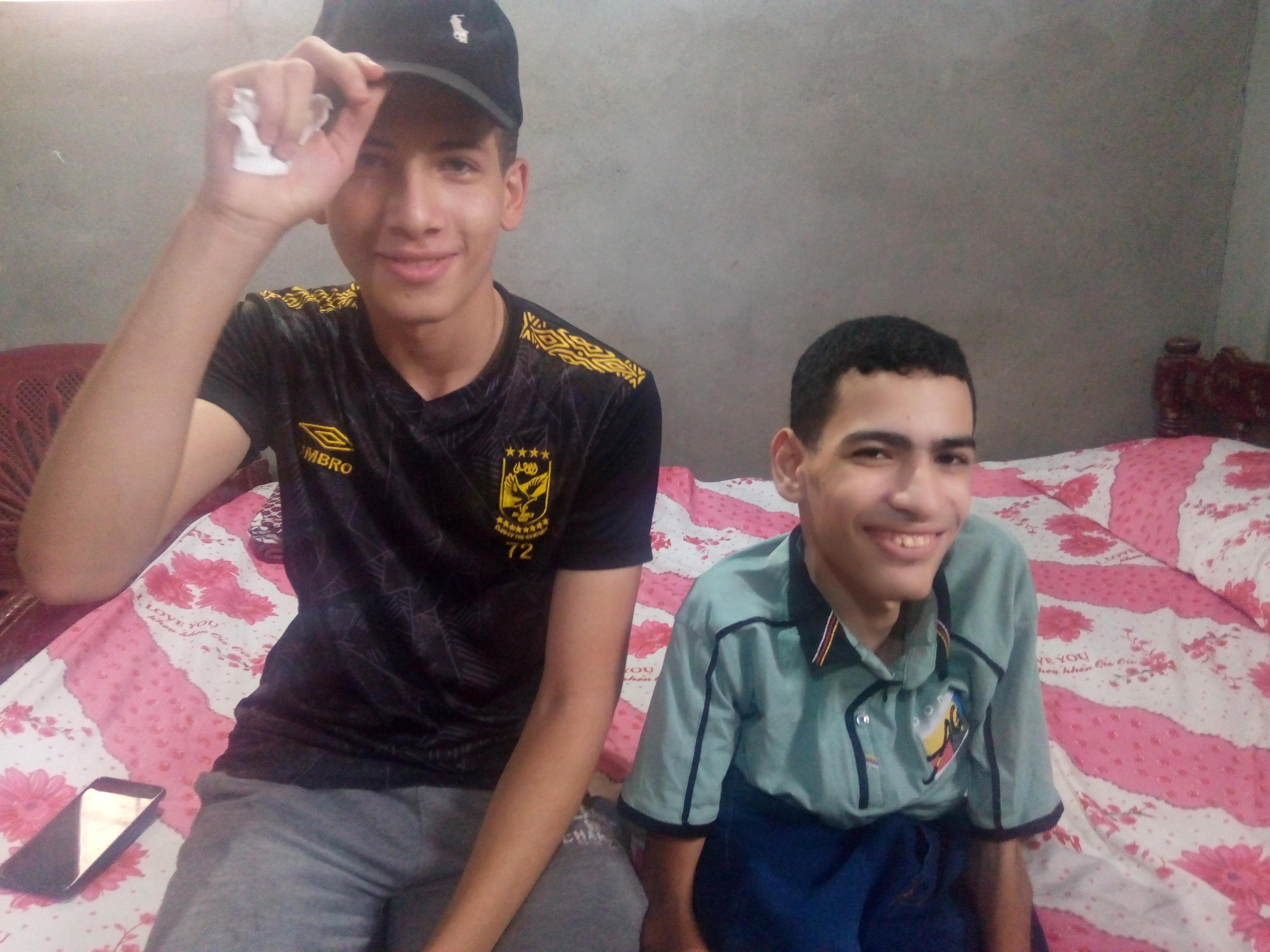 عمر مجدى مع صديقه