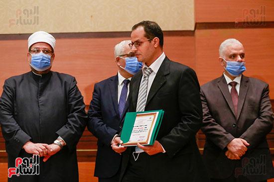 وزير الأوقاف يكرم الفائزين فى مسابقة رؤية للفكر المستنير (26)
