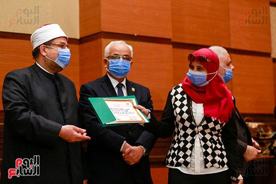 وزير الأوقاف يكرم الفائزين فى مسابقة رؤية للفكر المستنير (31)