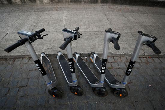 الدراجات البخارية الكهربائية متوقفة بالقرب من الكولوسيوم في روما
