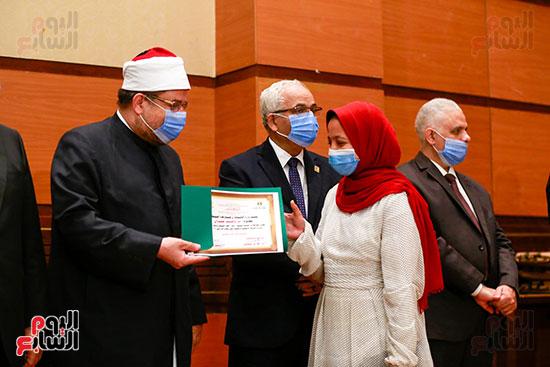 وزير الأوقاف يكرم الفائزين فى مسابقة رؤية للفكر المستنير (33)