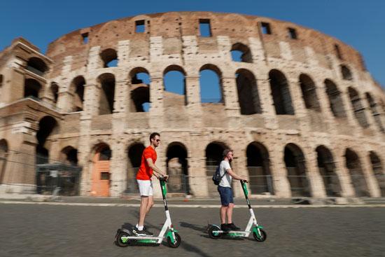 الدراجات البخارية الكهربائية أمام الكولوسيوم في روما