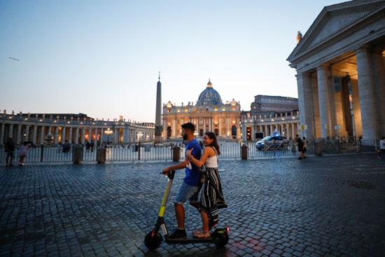 استخدام الموبايل لاستئجار سكوتر كهربائي قرب ساحة القديس بطرس في روما  (1)
