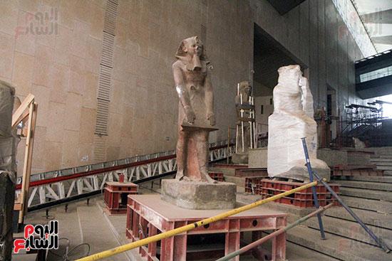 تماثيل الملوك على الدرج العظيم