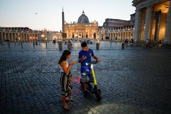 استخدام الموبايل لاستئجار سكوتر كهربائي قرب ساحة القديس بطرس في روما  (2)