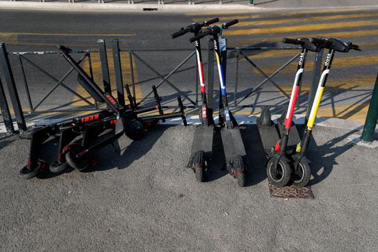 دراجات كهربائية متوقفة بالقرب من نصب فيتوريانو التذكاري في ساحة فينيسيا