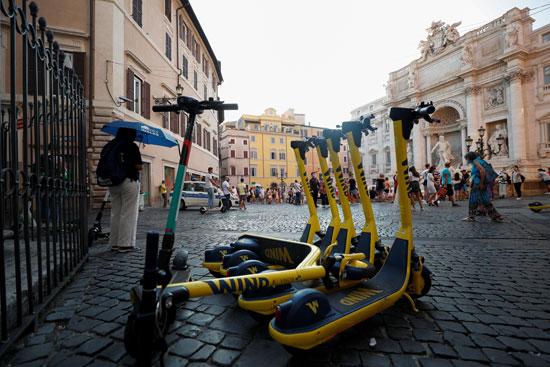 دراجات كهربائية متوقفة بالقرب من نافورة تريفي في روما