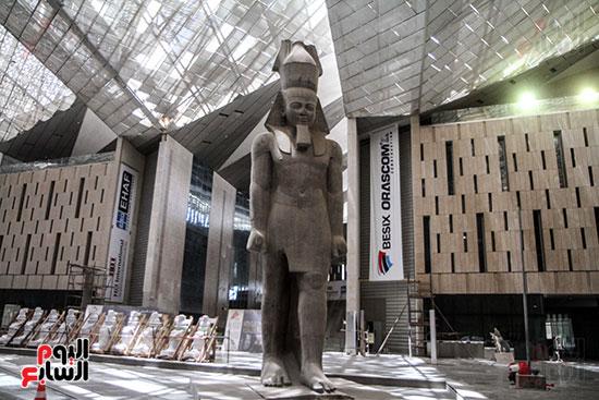 تمثال الملك رمسيس فى استقبال الزائريين