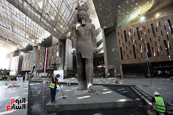 العمال تحت تمثال الملك رمسيس التاني