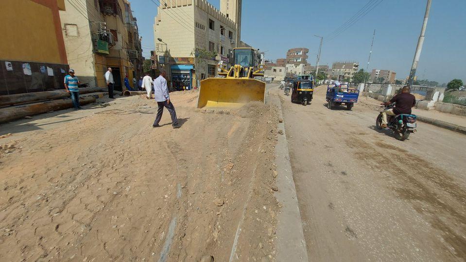رئيس مدينة إسنا يناقش تسليم الشوارع ورفع المعوقات إستعداداً لرصف الطرق  (5)