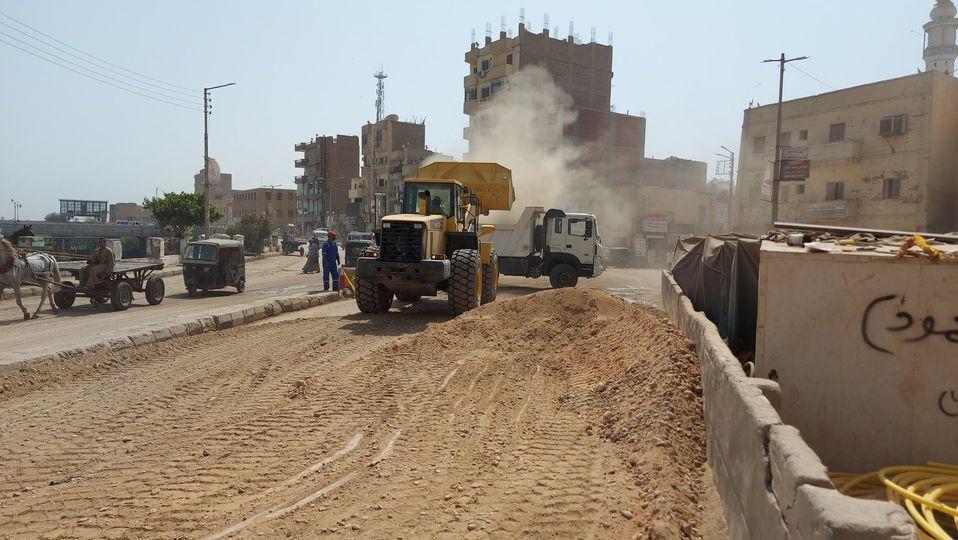 رئيس مدينة إسنا يناقش تسليم الشوارع ورفع المعوقات إستعداداً لرصف الطرق  (2)