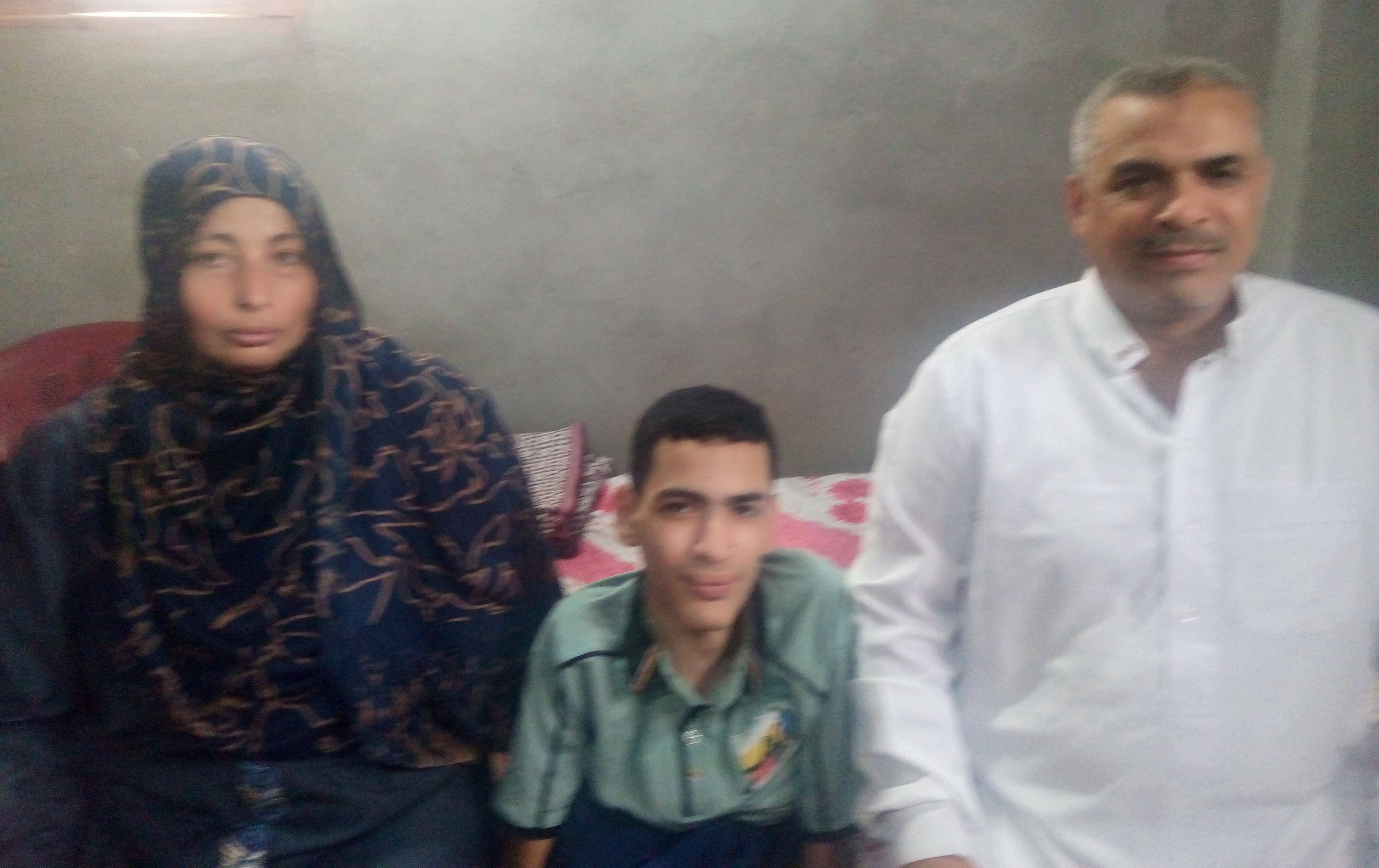 عمر مجدى مع والده ووالدته
